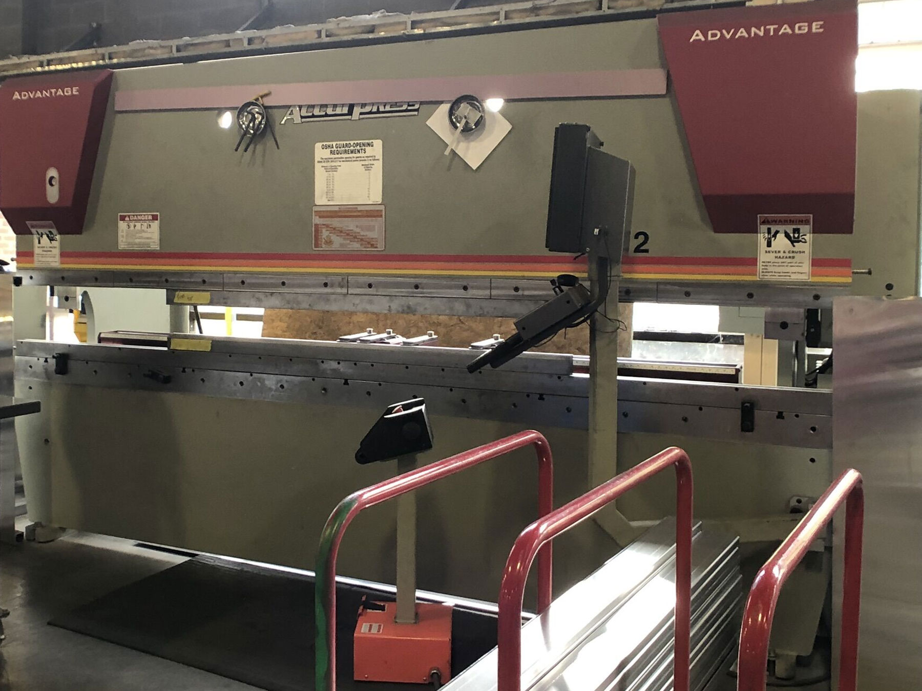 PRESS BREAK WITH CNC BACK GUAGE