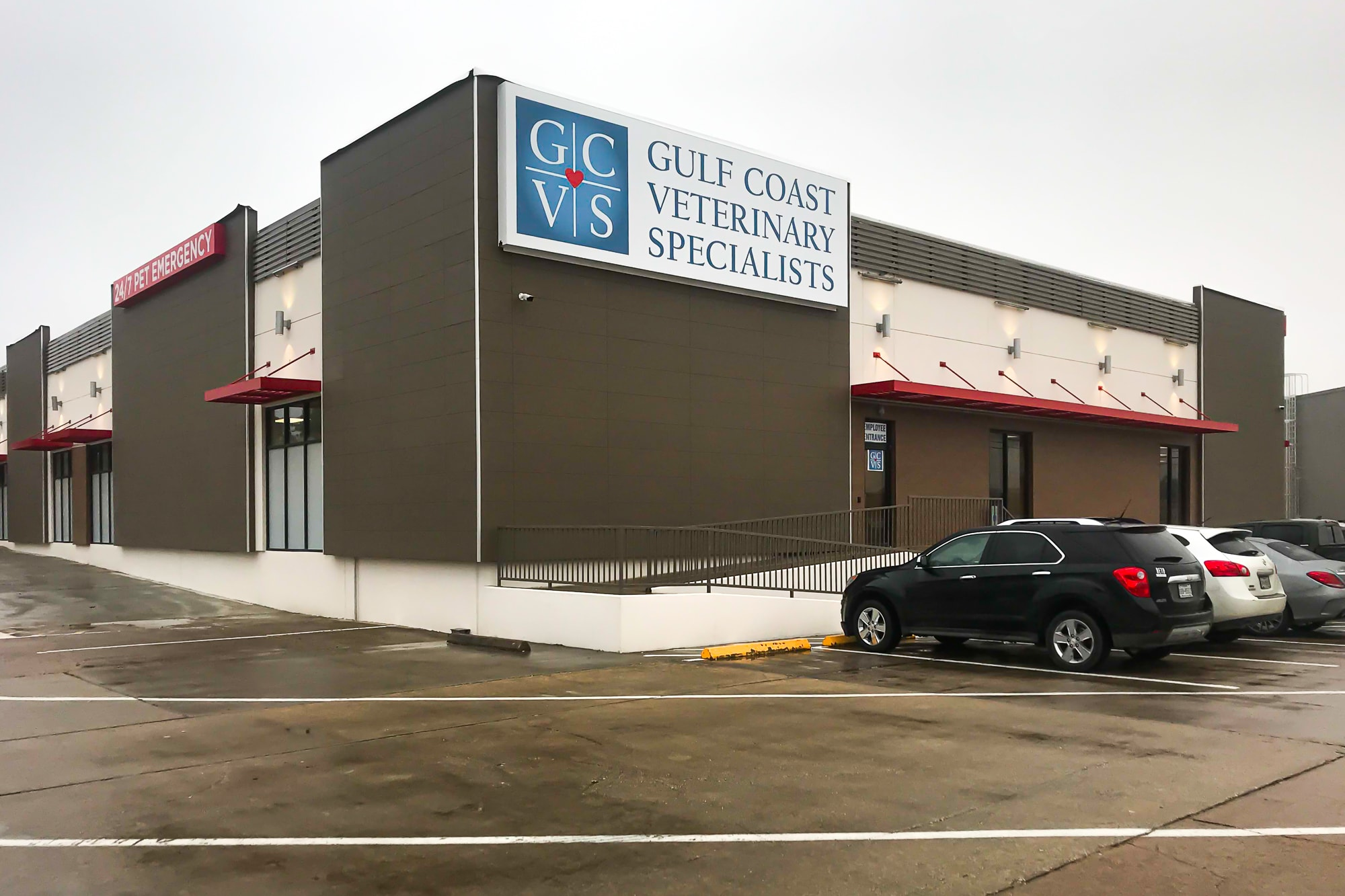 Awnex Featured Project -Architectural Aluminum Wall Screens - Gulf Coast Veterinary Specialists - Houston, Texas